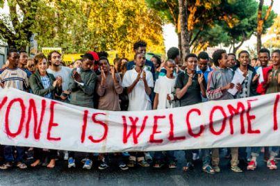 immigrati protestano per permesso di soggiorno