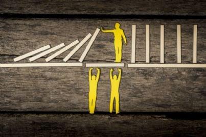 uomini impediscono caduta e aiutano