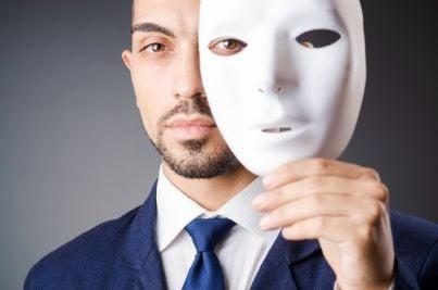 uomo che si toglie maschera evoca concetto impostore abusivo professione