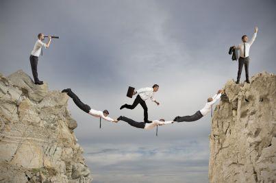 lavoro di squadra tra imprenditori che creano un ponte