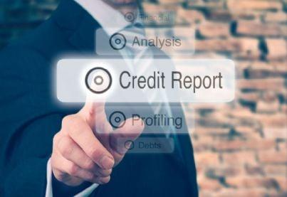 imprenditore preme pulsante credit report con la banca