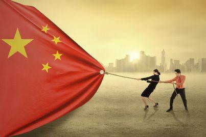 giovani imprenditori cinesi che tirano bandiera