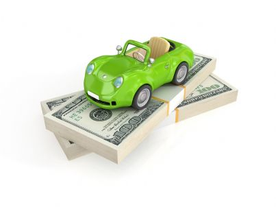 macchina verde circondata da dollari