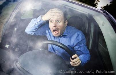 Conducente di un auto con espressione terrorizzata