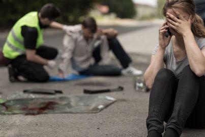 donna telefona per chiedere soccorso dopo incidente