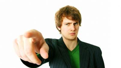 Persona che punta il dito in tono di minaccia
