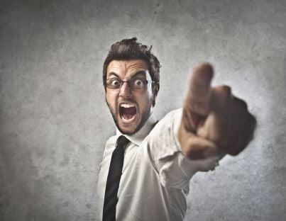 Uomo arrabbiato che punta il dito in segno di minaccia