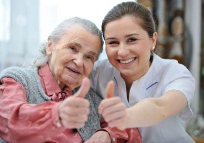 infermiera con anziana fanno ok