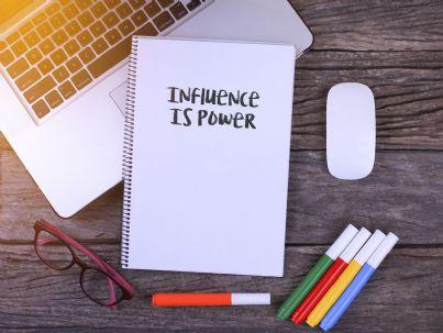 frase influenza e potere su notes e tablet