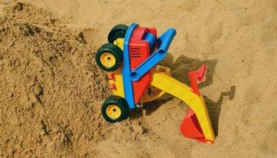 giocattolo sulla sabbia infortunato