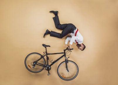 lavoratore che ha infortunio mentre va al lavoro in bicicletta