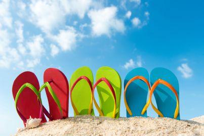 infradito poste in serie sulla spiaggia