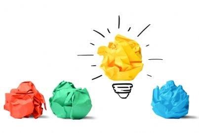 carte e lampadina con scritto idea concetto innovazione