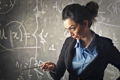 insegnante arrabbiata indica con bacchetta lavagna