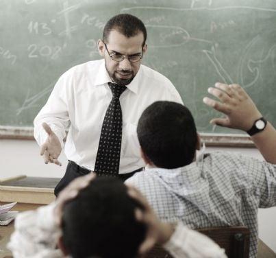 insegnante arrabbiato con gli alunni
