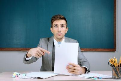 insegnante scuola che mostra contratto evoca professore precario che vuole diritti