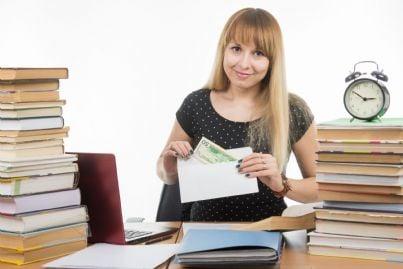 insegnante donna che riceve soldi in una busta