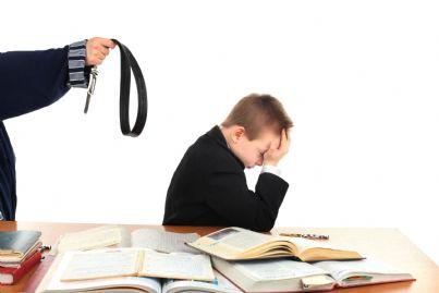 insegnante violenta che minaccia alunno con una cintura