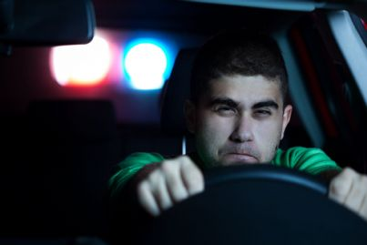 guidatore che sfugge a inseguimento polizia