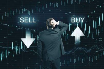 uomo compra e vende azioni in borsa