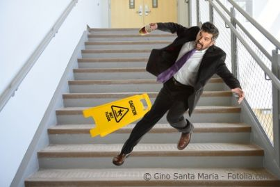 Uomo che scivola dalle scale