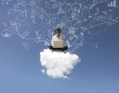 donna seduta su una nuvola concetto di internet libero