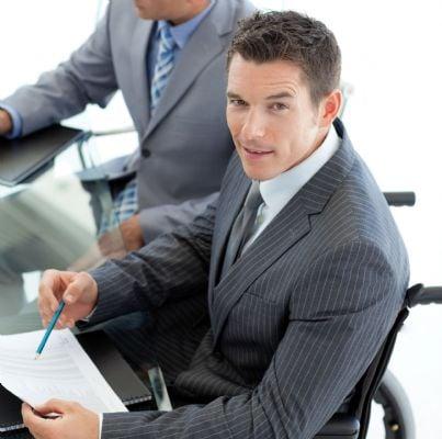 uomo di affari invalido sulla sedia a rotelle