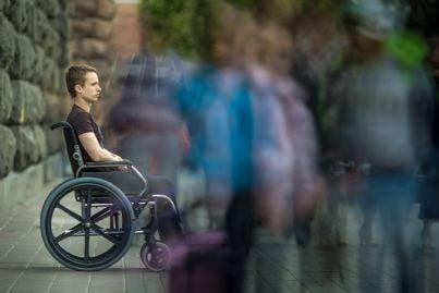 uomo invalido sulla sedia a rotelle