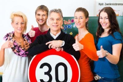 istruttore di guida con allievi per patente
