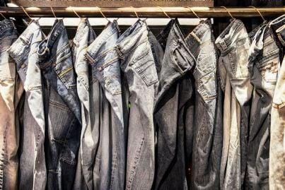 serie di jeans appesi