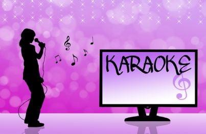 karaoke con microfono e tv