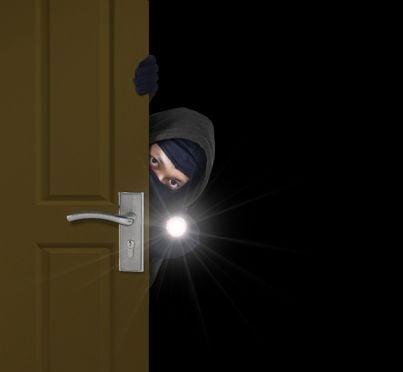 ladro che cerca di entrare in casa per furto