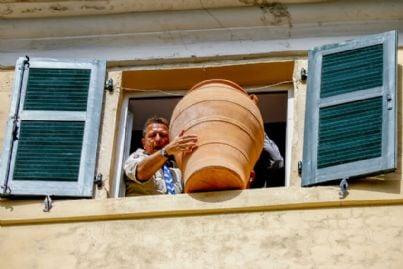 lancio di un vaso dalla finestra