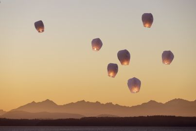 tante lanterne cinesi volanti nel cielo