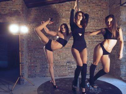 giovani donne fanno lap dance in un night club