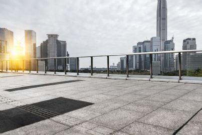 lastrico solare di un palazzo tra i grattacieli