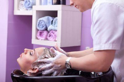 lavaggio di capelli di una donna dal parrucchiere