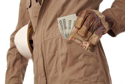 lavoratore mette contanti in tasca concetto lavoro nero