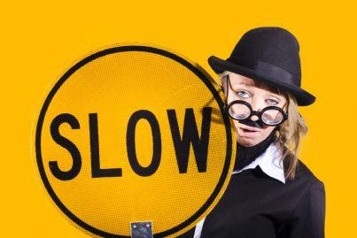 donna con cartello con sopra scritto lento