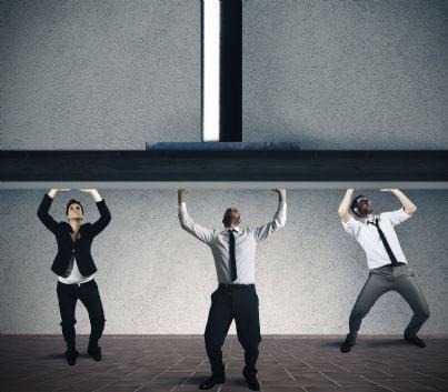 lavoratori schiacciati da un peso concetto licenziamento