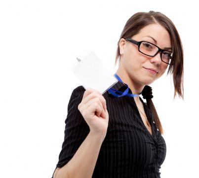 lavoratrice che mostra badge