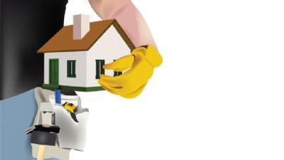 uomo tiene modello casa sotto braccio per ristrutturazione