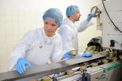 uomo e donna operai industria alimentare