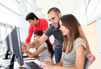 lavoratore apprendista insegnamento computer