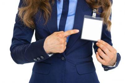 donna al lavoro mostra badge