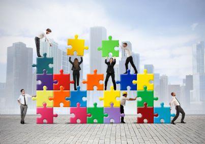 uomini e donne che costruiscono puzzle concetto lavoro business