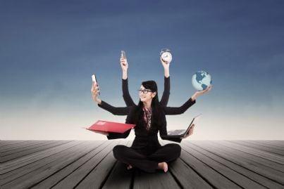 donna al lavoro concetto di multitasking