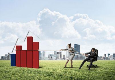 uomo e donna imprenditori che tirano con corda incentivi concetto finanziamenti
