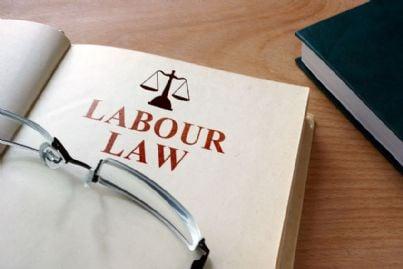codice della legge sul lavoro e occhiali