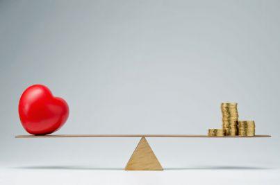 cuore e soldi in equilibrio su asta concetto manovra finanziaria